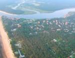 Вид с воздуха на курортный Нарва-Йыэсуу и на устье пограничной реки Нарвы.  Архивное фото, автор - Илья Смирнов