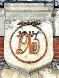 Элемент оформления фасада старого здания Нарвской больницы.  Фото из собрания больницы