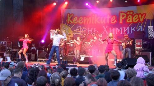 """Празднование Дня химика в Кохтла-Ярве в 2006 году. На сцене - """"2 Quick Start"""". (Фото: Пеэтер ЛИЛЛЕВЯЛИ/АРХИВ)"""