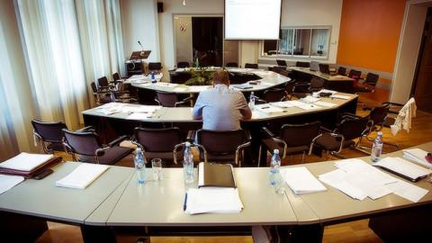 В пустом зале заседаний Нарвского горсобрания (Фото: Илья СМИРНОВ/АРХИВ)