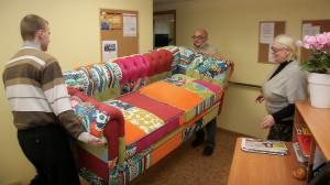 Этот принадлежащий Йыхвиской волости диван исчез на полтора года. А утром 22 января 2017 года диван вместе с комплектным креслом наконец появились в дневном центре пенсионеров, для которого они и приобретались.