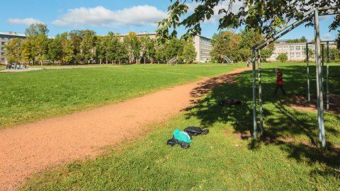 Ученики и учителя нарвской школы №6 сегодня используют для уличных занятий физкультурой это поле в глубине квартала. К выборной осени 2017 года местные политики решили построить здесь стадион с хорошим футбольным покрытием, но без полноценной беговой дорожки вокруг.