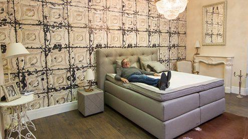 """Часть текстиля, необходимого для изготовления кроватей люкс, теперь производят в Нарве. На фото продукцию """"Delux"""" представляет владелец предприятия финн Горан Сьехолм. Цены королевских кроватей остаются в диапазоне 1500-12500 евро."""