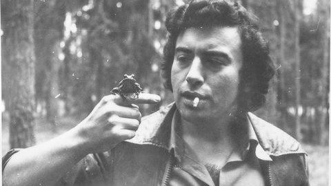 Алексей Туровский в студенческие годы на лесной практике в Кясму. Позирует с лягушкой.
