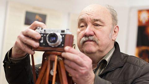 Без фотоаппарата Энн Кяйсс выходит из дома редко, в его фотобанке - огромное количество фотографий природы Ида-Вирумаа и прочих краев. Выставленный в комнате камней аппарат имеет на сегодня только ностальгическое значение.