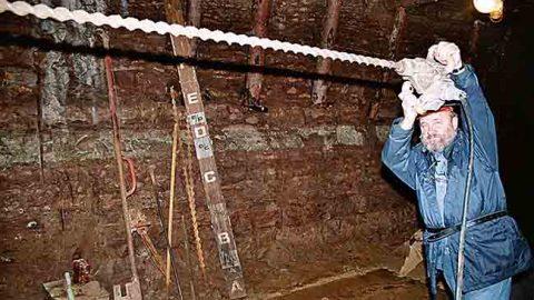 """Первым рабочим местом Кяйсса в Ида-Вирумаа была шахта """"Ахтме"""", где он трудился бурильщиком. На этом снимке он много лет спустя вспоминает былую должность в шахтном музее."""