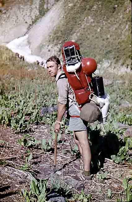 """Во время путешествия по горному узлу Матча в Памире Кяйссу пришлось тащить на себе до пункта назначения снаряжение базового лагеря. """"Это был тяжелейший в моей жизни рюкзак - 53 килограмма; два дня шел эти 18 километров""""."""