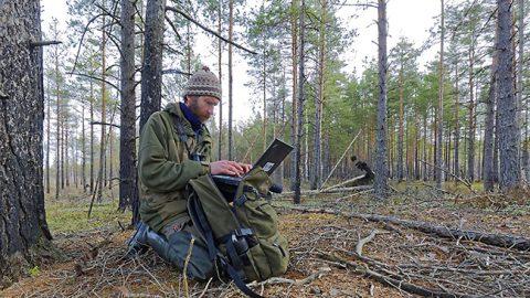 Во время инвентаризации птиц на болоте Феодорисоо приходилось порой изучать в компьютере карты, чтобы выбрать лучший маршрут.