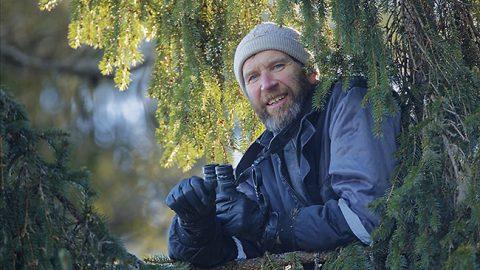 """""""Мы искали возле реки Ыхне одного зимовавшего там орлана-белохвоста и в конце концов нашли. Чтобы обнаружить орлов, Урмас с удовольствием залезает на дерево"""", - описал автор снимка Арне Адер."""