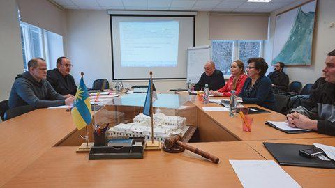 Избранный председателем Калле Кекки (второй слева) так и не решился занять предназначенное для главы собрания центральное место.