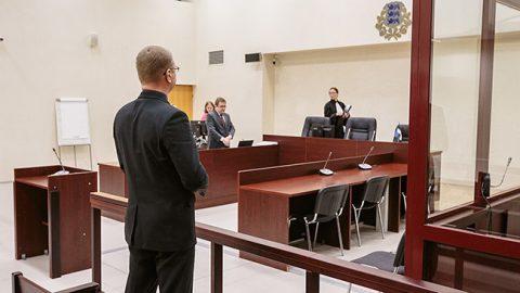 Председатель Нарвского горсобрания и предприниматель-юрист Александр Ефимов вчера очутился на скамье подсудимых один, прежде отказавшись от защитника. Но в дальнейшем адвокат ему все же потребуется.