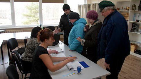 В ийзакуский пункт голосования приходили как поодиночке, так и группами.