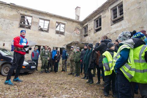 Антон Праткунас раздает нарвитянам указания у развалин перессаареской школы.