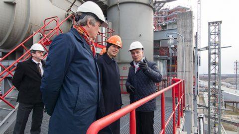 """Президент Керсти Кальюлайд 12 апреля ознакомилась с производством масел """"VKG"""" и нашла, что у него есть перспектива, если соблюдать современные требования по окружающей среде."""