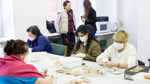 """НКО """"Опорный центр социальной адаптации"""" первым воспользовалось господдержкой на создание рабочих мест. Сейчас изготовлением деревянных игрушек на предприятии занято около 120 человек."""