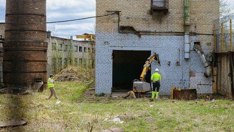 """В Нарве на территории """"Fortaco Estonia"""" символически начали снос старых построек, на месте которых вырастет новый производственный корпус площадью 10000 квадратных метров."""
