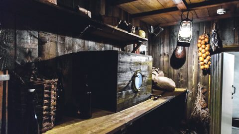 """Чулан в экспозиции мызы Кукрузе, имитирующий такое же место на шхуне Эдуарда фон Толля """"Заря""""."""