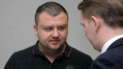 Алар Сепперн и его защитник Оливер Няэс совещаются в перерыве судебного заседания.