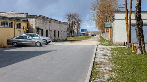 Так сегодня выглядит бывшая улица имени Георгия Суворова, по документам, ликвидированная нарвской городской властью в 1994 году. Планируется, что ее повторное строительство - независимо под каким наименованием - разгрузит прилегающие автодороги, ставшие весьма оживленными.