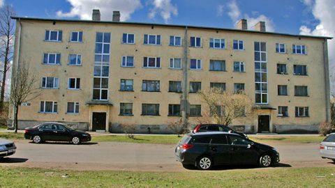 """У дома №25 по улице Вахтра, где недавно была передана государству очередная квартира, сосед - дом №23, который превратился в """"дом-призрак"""", потому что из-за коллективной ответственности за долги он был оставлен без отопления."""