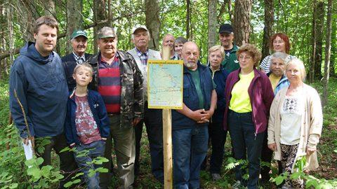 Члены Сондаского отделения Эстонского общества охраны природы и географ Таави Паэ (крайний слева), покорившие 11 июня высочайшую природную точку Ида-Вирумаа.