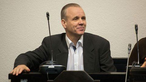 Ассар Паулус в прошлом году был осужден в уголовном порядке двумя судами и приговорен к семи годам тюремного заключения, во время которого он обязан работать.