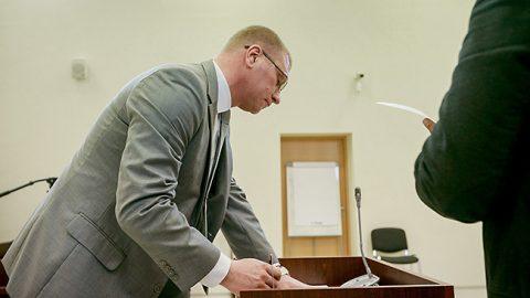 Александр Ефимов в Вируском уездном суде получает свою копию приговора (Илья СМИРНОВ)