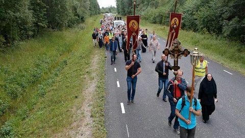 Сотни православных участников крестного хода прошли около 30 километров от Васкнарвы до Куремяэ.