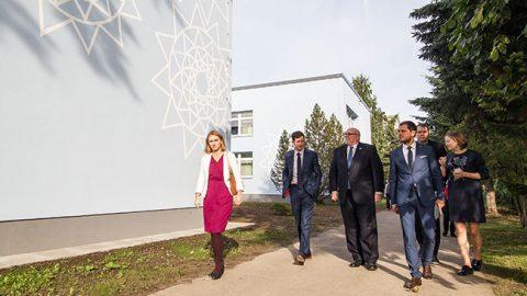 """Посол США Джеймс Д. Мелвилл (третий слева) 21 сентября своими глазами увидел здание детсада """"Sipsik"""", которое обрело новый облик благодаря гуманитарной программе посольства США, и остался доволен увиденным."""