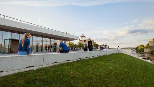 """Совершенно новый ресторан """"Фортуна"""" откроется в нарвском пляжном здании только в декабре. А пока помещения пустовали, их сдавали под проведение всевозможных мероприятий, как эта августовская музыкальная вечеринка Нарвского джаз-клуба."""