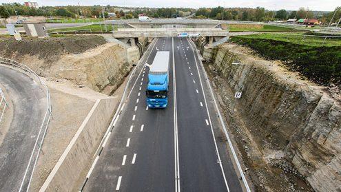 За год на окраине Силламяэ появилась современная двухуровневая транспортная развязка. Если раньше пересечь Силламяэ по шоссе можно было с максимальной скоростью 50 км/ч, то теперь на новой развязке максимально разрешенная скорость составляет 70 км/ч.