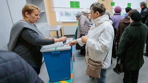 Во время голосования 15 октября на одном из избирательных участков Нарвы.