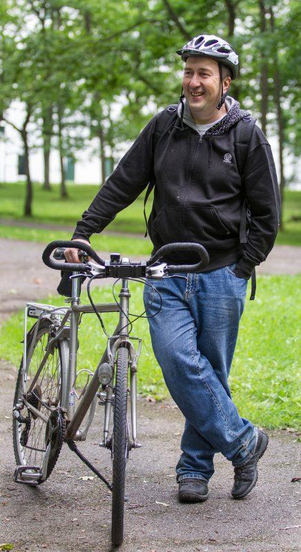 Между Тарту и Йыхви Майт Сепп ездит на автобусе или поезде, а для поездок поближе у него имеется велосипед.