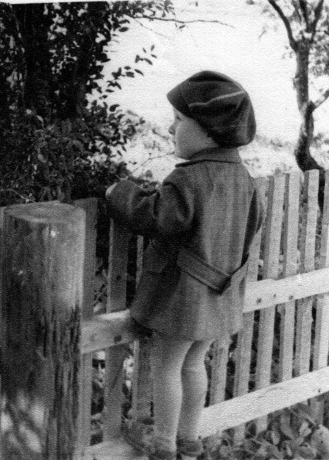 Маленький Майт Сепп в три года - глядя на большой мир через забор.