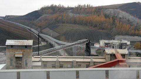 """На """"VKG"""" сланцевую золу доставляют на гору с помощью конвейера (Пеэтер ЛИЛЛЕВЯЛИ/АРХИВ)"""