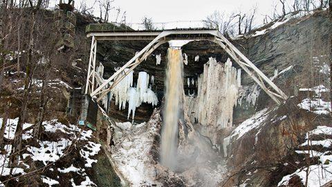 Старую смотровую платформу у водопада Валасте снесут, а закрепленные на стене глинта винтовые лестницы останутся и получат продолжение в виде лестницы, ведущей к морю.  (Матти КЯМЯРЯ/АРХИВ)