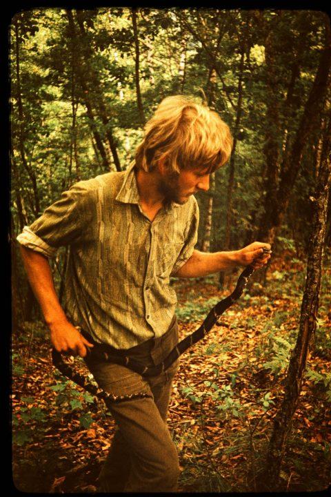 1983 год. В уссурийской экспедиции: с амурским полозом. (ЧАСТНЫЙ АРХИВ)