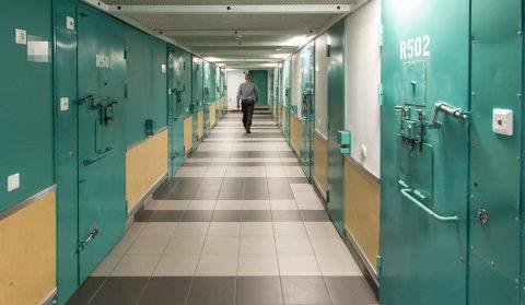 В Вируской тюрьме: заключенные проводят большую часть времени в своих камерах, за этими железными дверьми (Фото: Матти КЯМЯРЯ)