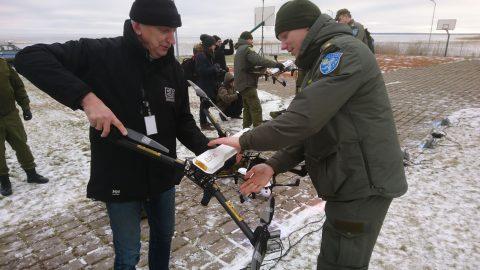 В Муствеэ Сергею Золину передали дрон для Васкнарвского кордона. (Фото: Аго ГАШКОВ)