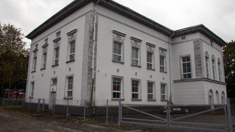Построенное в 1950 году здание бывшего Дома культуры в стиле неоклассицизма уже годами простаивает, однако против его сноса выступает в том числе Департамент охраны памятников старины. (Фото: Пеэтер ЛИЛЛЕВЯЛИ/АРХИВ)