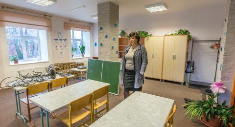 """Ирина Шульгина показала помещение, где будет учиться 7 """"А"""" класс. Еще последние приготовления - и с 8 января учебная работа может начинаться. (Фото: Матти КЯМЯРЯ)"""