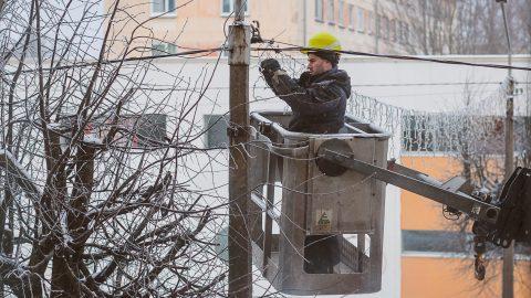 Ремонт старого оборудования уличного освещения (Фото: Илья СМИРНОВ/АРХИВ)