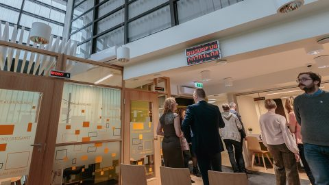 Посетителей нарвского госдома встречает приличный клиентский зал. (Фото: Илья СМИРНОВ)