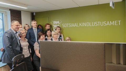 Нарвский коллектив Департамента социального страхования на новом месте работы фотографируется со своим таллиннским начальством. (Фото: Илья СМИРНОВ)