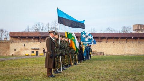 Флаг Эстонии в Нарвской крепости ранним утром 24 февраля. (Фото: Илья СМИРНОВ/АРХИВ)