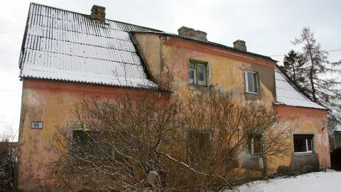 Бабушку, проживающую в этом доме по улице Сийдисука, 11, в один миг сделали ответственной за образованное государством квартирное товарищество и его долги за тепло. (Фото: Пеэтер ЛИЛЛЕВЯЛИ)