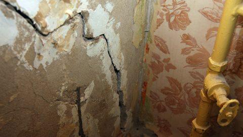 Жильцы заделывают появившиеся в стенах трещины, но дом продолжает оседать, и вскоре новые трещины дадут о себе знать. (Фото: Пеэтер ЛИЛЛЕВЯЛИ)