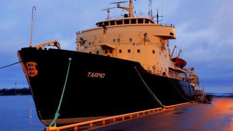 """Ледокол """"Tarmo"""" взял курс на Силламяэ, чтобы сменить работающий в порту еще с прошлой недели ледокол """"Botnica"""". (Фото: Прийт ПЫЙКЛИК/Департамент водных путей сообщения)"""