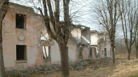 Большая часть Вийвиконна состоит из таких или находящихся в еще более плачевном состоянии домов, которые даже не стоят на учете в качестве недвижимости. (Фото: Тийа ЛИННАРД/АРХИВ)