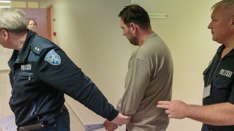 Сергея, подозреваемого в убийстве жены, выводят из зала суда после вынесения решения об аресте. (Фото: Илья СМИРНОВ)